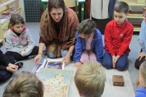 nauczyciel montessori jest przewodnikiem uczniów